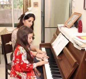 דגנית ושחר מנגנות בפסנתר