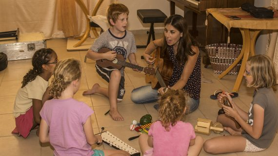 במה שונה טיפול במוסיקה מלימוד מוסיקה?